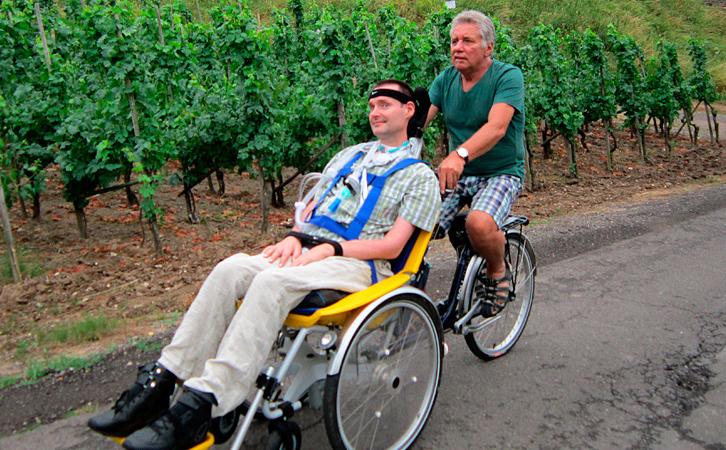 ALS-betroffener Oliver Jünke mit dem Fahrrad unterwegs